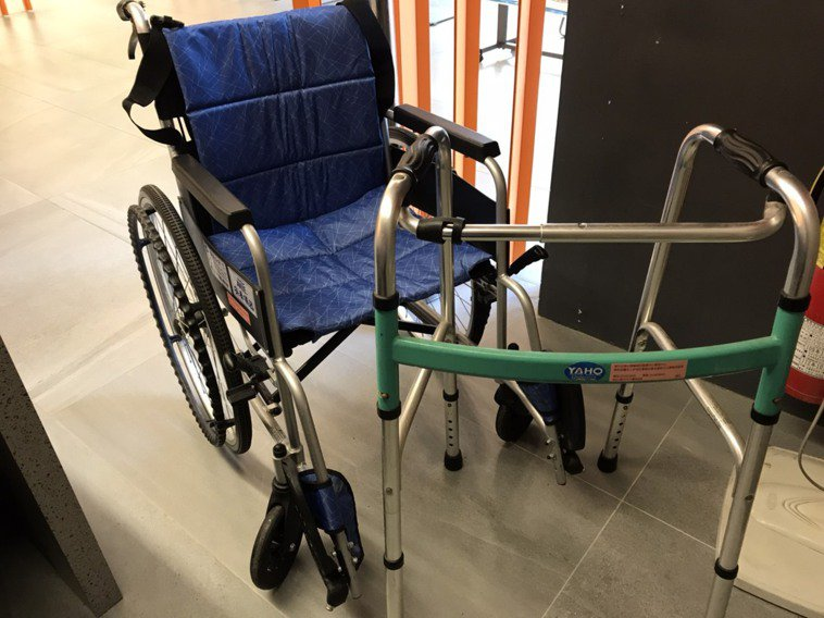 母親生前也是活力十足,直到90歲後因腿部退化,行動較為不便,我們準備輪椅、扶手、...