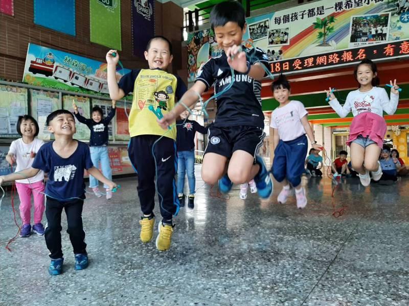 嘉義市林森國小於兒童節送給每一位學童跳繩,希望跳出健康與活力。圖/林森國小提供