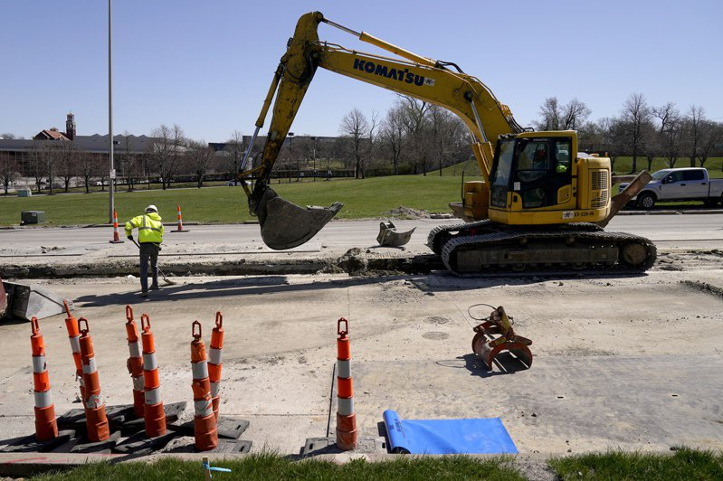 美國總統拜登三月卅一日提出規模兩兆美元計畫,將全面翻新基礎建設。圖為工人在密蘇里州堪薩斯市更換水管。(美聯社)