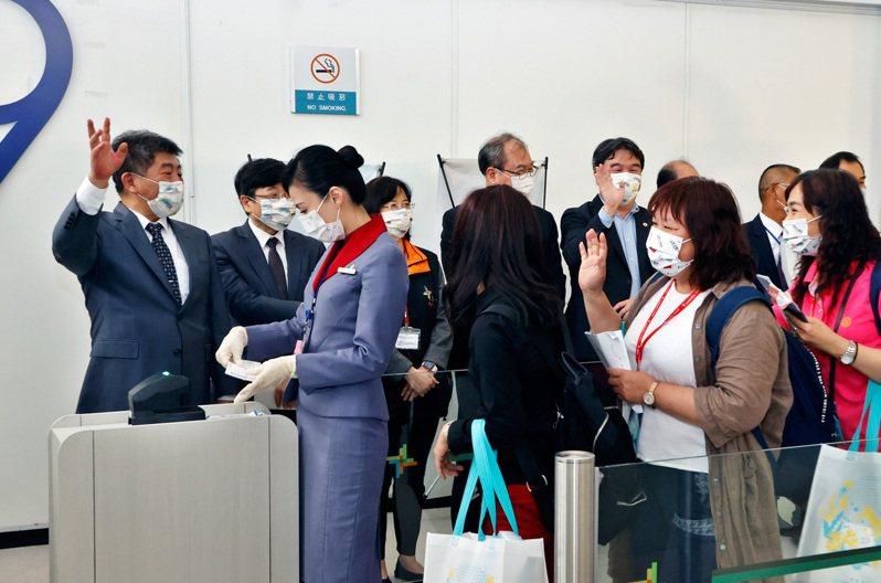 台帛旅遊泡泡首發團昨啟航,衛福部長陳時中(左)到登機室送機。記者鄭超文/攝影