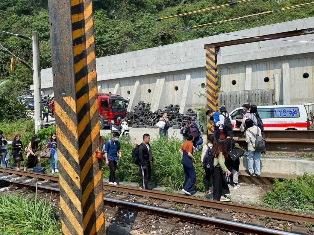台鐵408次太魯閣上午驚傳意外,乘客紛紛走避。圖/讀者提供