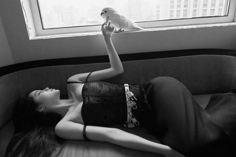 20歲歐陽娜娜進演藝圈後多在大陸發展,近來更常登上時尚雜誌,她昨(4/1)日分享為新加坡版《ELLE》拍攝的時尚照,穿著低胸禮服慵懶地躺在沙發上,蹦出豐滿北半球,有料身材讓粉絲驚呼:「好性感、好漂亮...