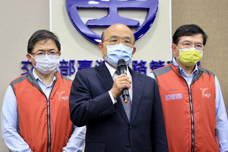 行政院長蘇貞昌(中)到台鐵災害應變中心,對於罹難家屬和受害乘客表示最大歉意。記者林伯東/攝影