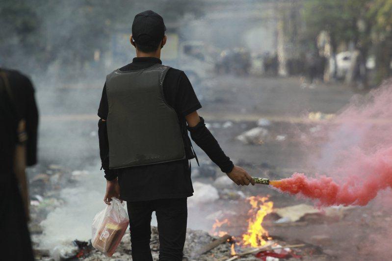 緬甸軍方自2月1日發動政變已逾兩個月,反政變的民眾不斷抗爭,軍方依舊悍然鎮壓,2日更進一步切斷網路。 美聯社