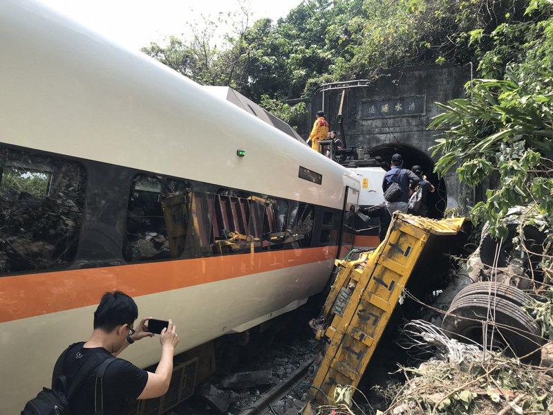 台鐵408次太魯閣發生重大傷亡事故,圖為被撞爛的工程車。記者王燕華/攝影