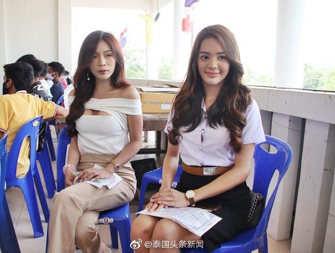 娜麗薩(右)和另一位變性人參加徵兵選拔。 圖/翻攝自《泰國頭條新聞》微博