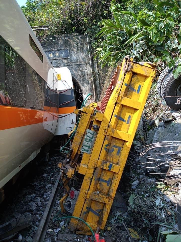台鐵408次太魯閣發生重大傷亡事故,圖為被撞爛的工程車。圖/民眾提供