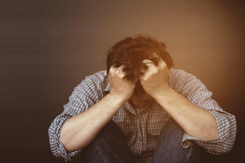 台鐵太魯閣號出軌,台灣憂鬱症防治協會理事長張家銘表示,重大災難後容易出現創傷後壓力症候群,心理急救應於第一時間啟動。示意圖/ingimage