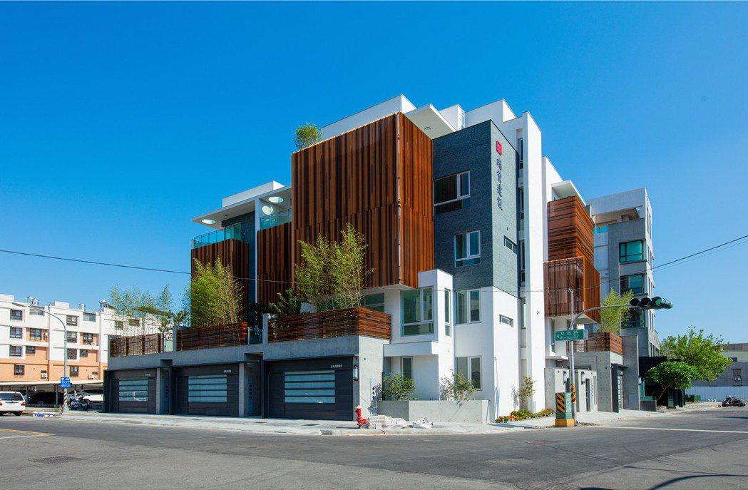 總贊建設「大賦」外觀採用鋁格柵、大理石、清水模,考量開窗型式、遮陽及隔熱設計,以...
