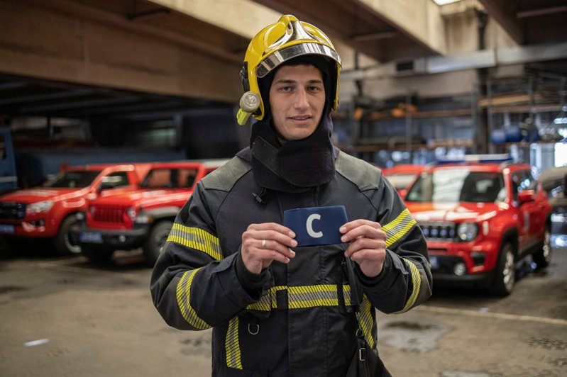 塞爾維亞當地一名消防員撿到C羅怒丟的隊長臂章,決定拿出來義賣。 路透