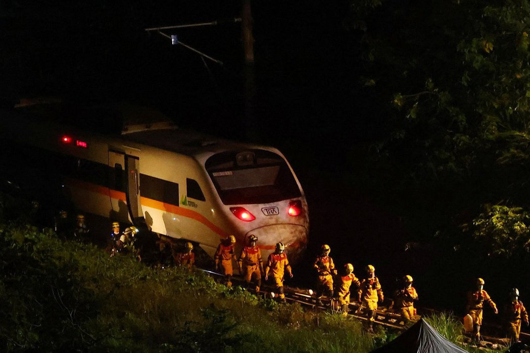 台鐵太魯閣號4月2日在花蓮清水隧道疑遭工程車砸中出軌,造成50人罹難。 圖/路透社