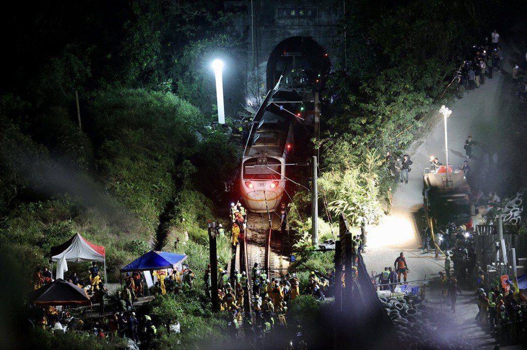 台鐵太魯閣號4月2日在花蓮清水隧道疑遭工程車砸中出軌,造成50人罹難。 圖/聯合報系資料照