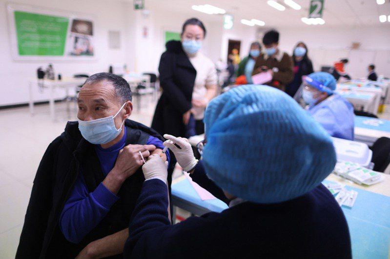 中國國家衛健委發布的最新公告,正式將60歲以上民眾列入疫苗施打的建議名單中。此前僅北京等部分地區有條件開放60歲以上民眾接種。圖為日前北京為60歲以上民眾接種COVID-19疫苗。(中新社提供) 中央社