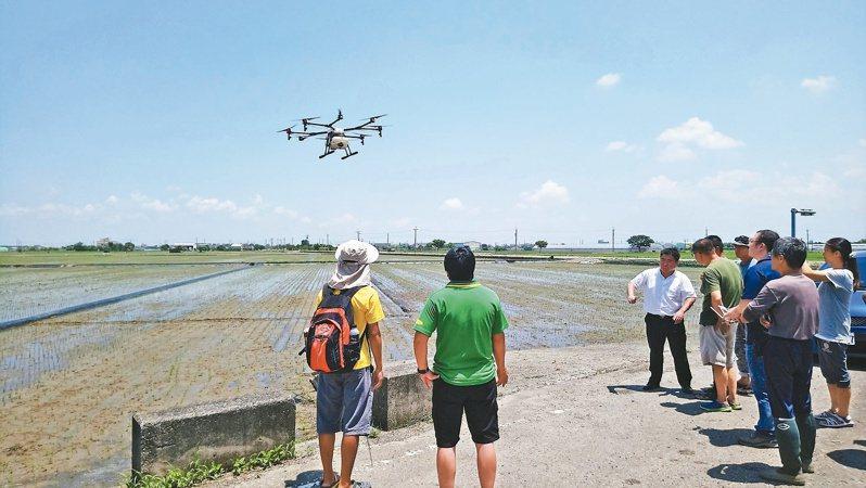 行政院禁用陸製無人機後,有大量空拍需求的農委會、環保署及交通部成重災區,大多數勘查回到人工作業。本報資料照片