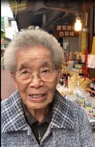 詹雅雯的百歲人瑞粉絲簡陳滿,特別錄影為詹雅雯祈福打氣,要她「堅強!卡緊好起來,上山教阮唱歌!」圖/嚴清雅提供