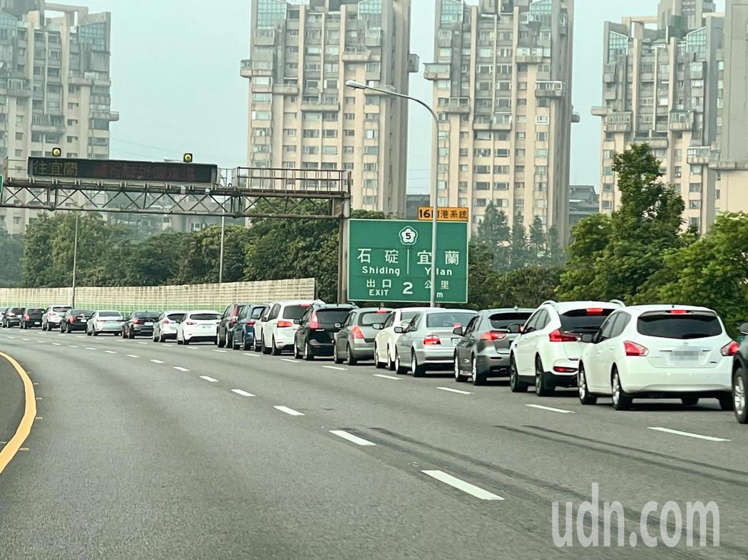 今天為清明節連續假期首日,國道3號轉國道5號出現排隊車流。記者王敏旭/攝影