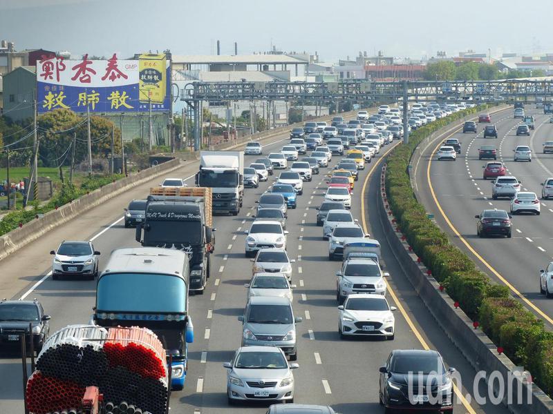 高公局提醒,明天車流仍以南向居多,預估交通量是平日年平均的1.5倍。記者劉明岩/攝影