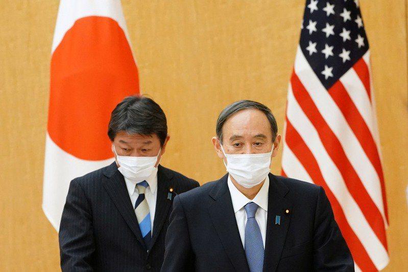日本政府宣布日本首相菅義偉(右)將訪美,美日峰會將於當地時間16日在華府舉行。左...