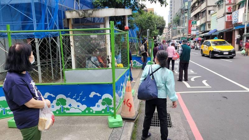 基隆信義市場對面人行道被封,圍籬將退縮闢1米半讓人走。記者游明煌/攝影