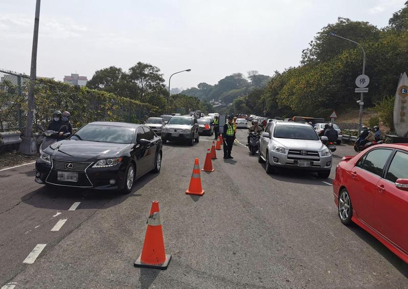 清明連假,高雄市警方在壽山管制交通。圖/警方提供
