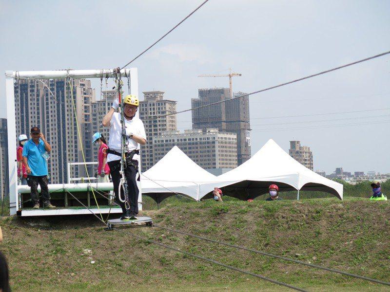 2021新竹市兒童藝術節今天起一連4天開跑,桃園市長鄭文燦體驗空中滑板。記者張裕珍/攝影
