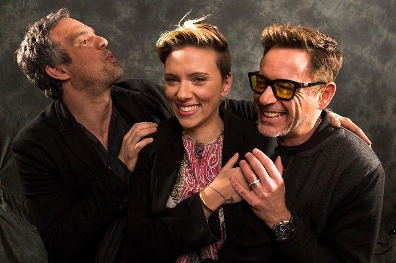 小勞勃道尼與Mark Ruffalo(左)、 Scarlett Johansson(中)合照時,便曾戴上OMEGA超霸計時碼表。圖 / 翻攝自ig @robertdowneyjr。