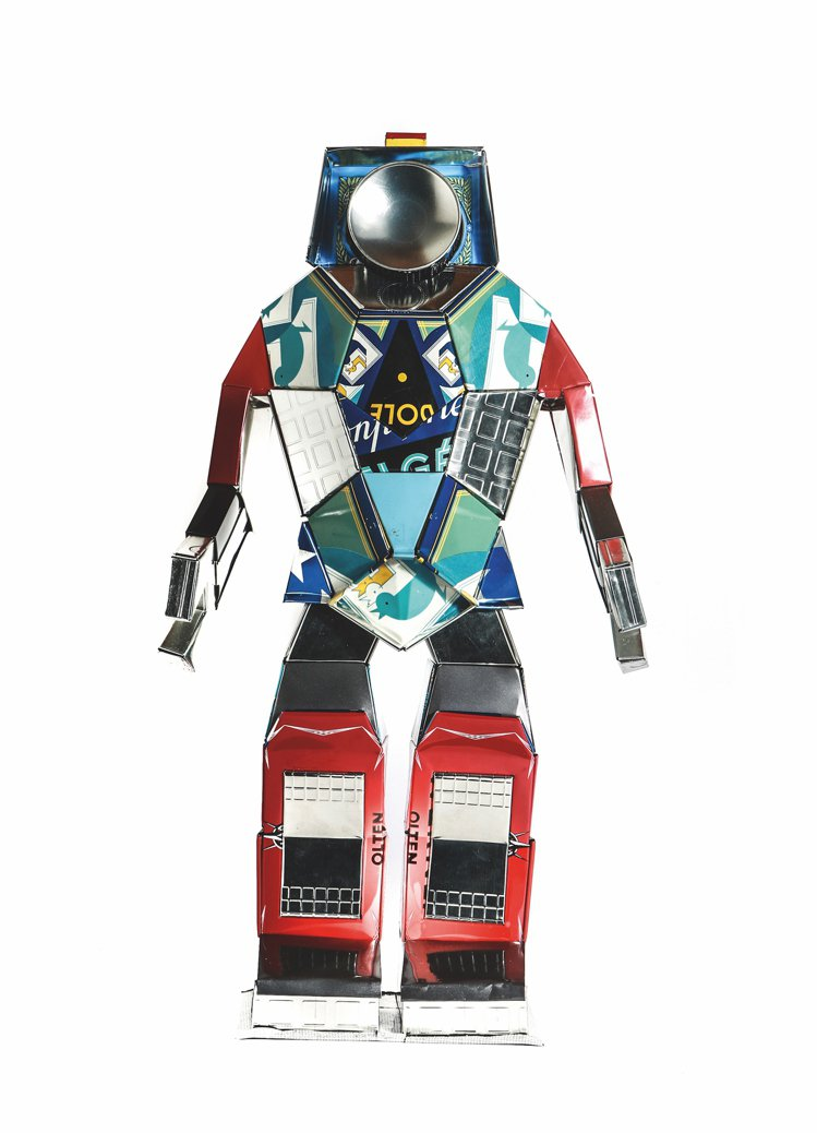 機器人的全身部位可能來自茶盒、餅乾罐、托盤,甚至交通號誌,奇趣也帶有環保意識。圖...