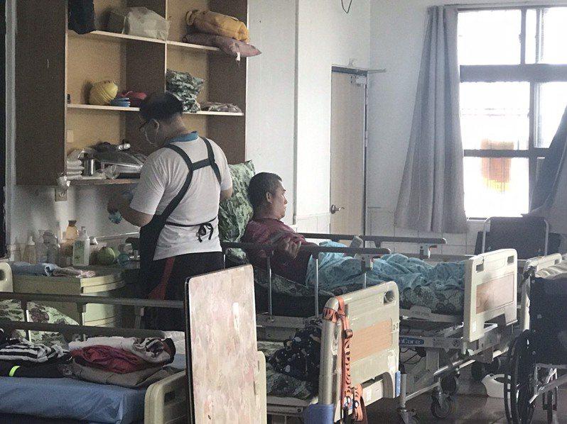台灣關愛基金會長期提供愛滋感染者社區式的照顧服務,希望能減輕照顧者的壓力,圖為關愛基金會位於屏東的收容環境。記者馮靖惠/攝影