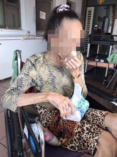 70歲的冬姐,住在關愛基金會在屏東的安置中心,兒女多年未主動聯絡她,孤獨面對晚年生活。記者馮靖惠/攝影
