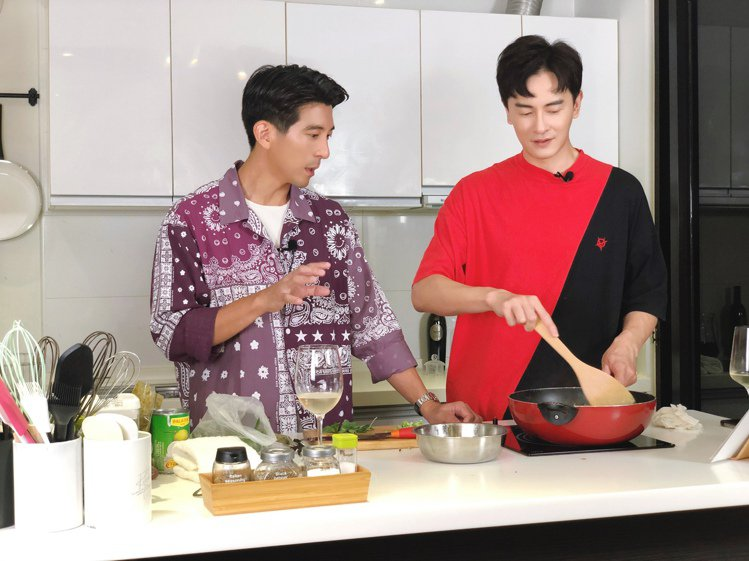 修杰楷(左)上鄭元暢的網路節目作菜。圖/M.I.E.最大國際娛樂提供