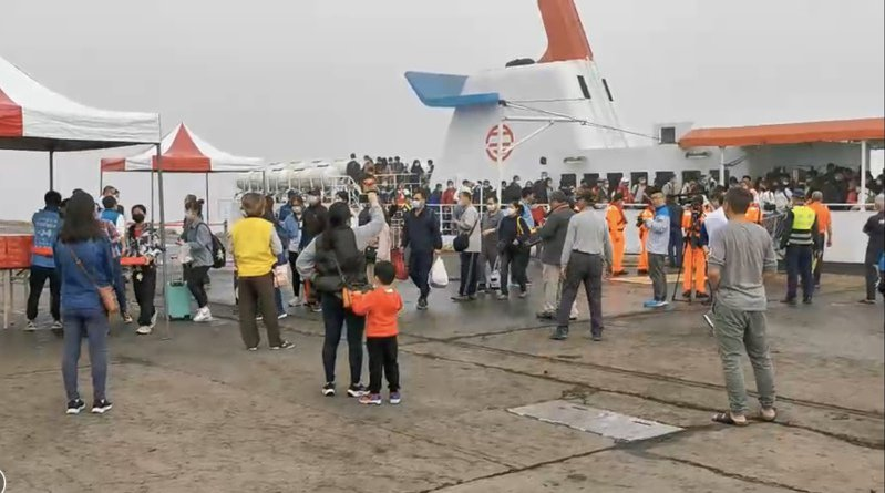 金門清明包船今天上午搭載360名旅客順利抵達金門,碼頭一下子熱鬧起來。記者蔡家蓁/攝影