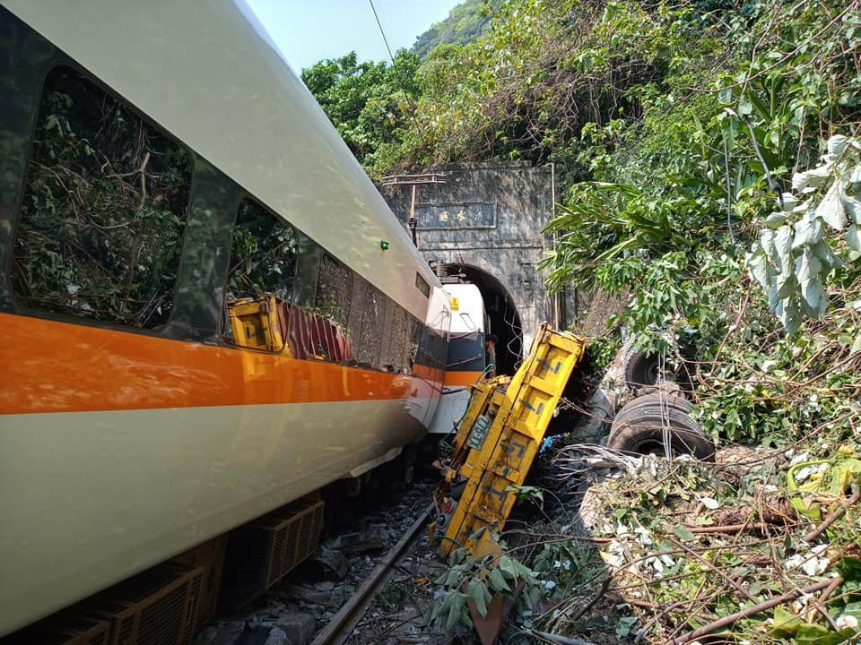 開往台東的408次太魯閣號列車因撞擊工程車造成出軌事故。記者王燕華/攝影