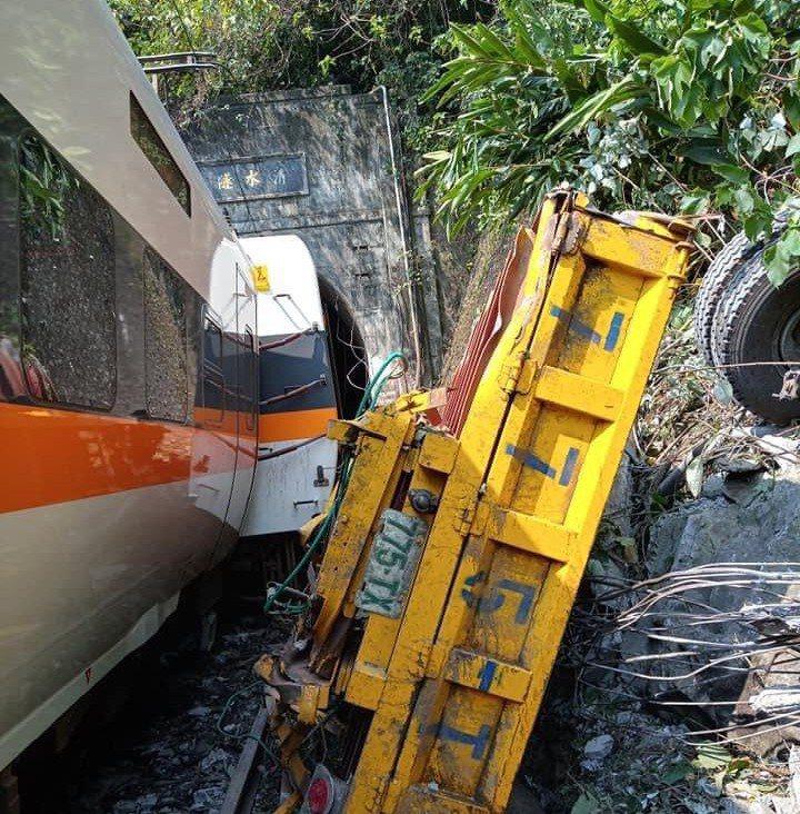 台鐵樹林開往台東的太魯閣號今發生出軌意外,造成重大傷亡。圖/讀者提供
