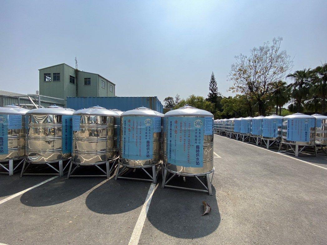 經濟部今天在台中市北區台水公司舉辦台水與國防部抗旱水車整備,現場擺放臨時取水點儲...