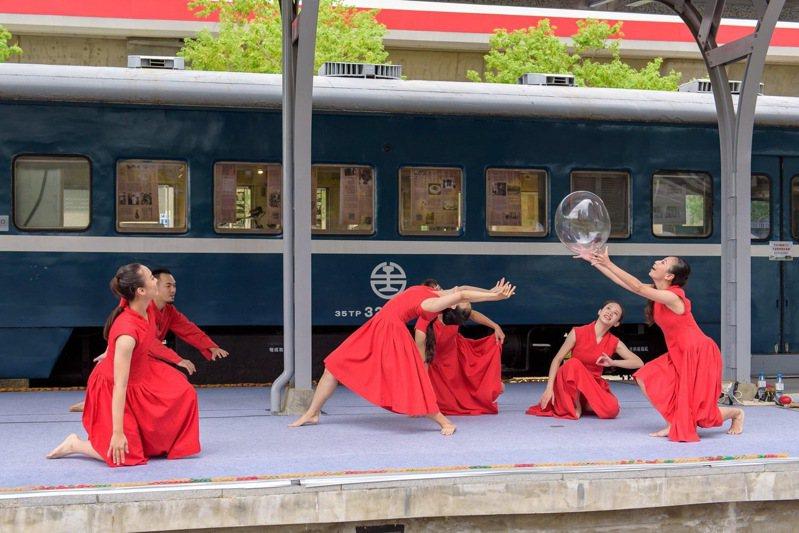 玉舞蹈劇團於新北投車站月臺演出畫面。 圖/台北市文化基金會提供
