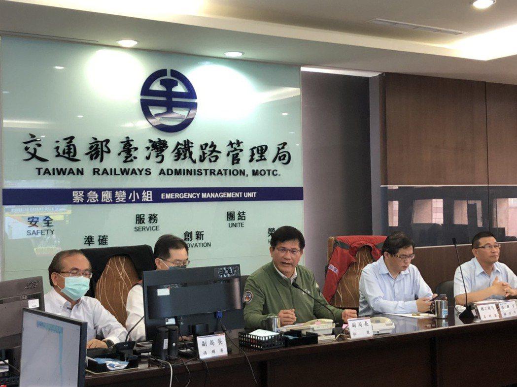 交通部長林佳龍到台北車站緊急應變中心聽取搶救報告。圖/交通部提供