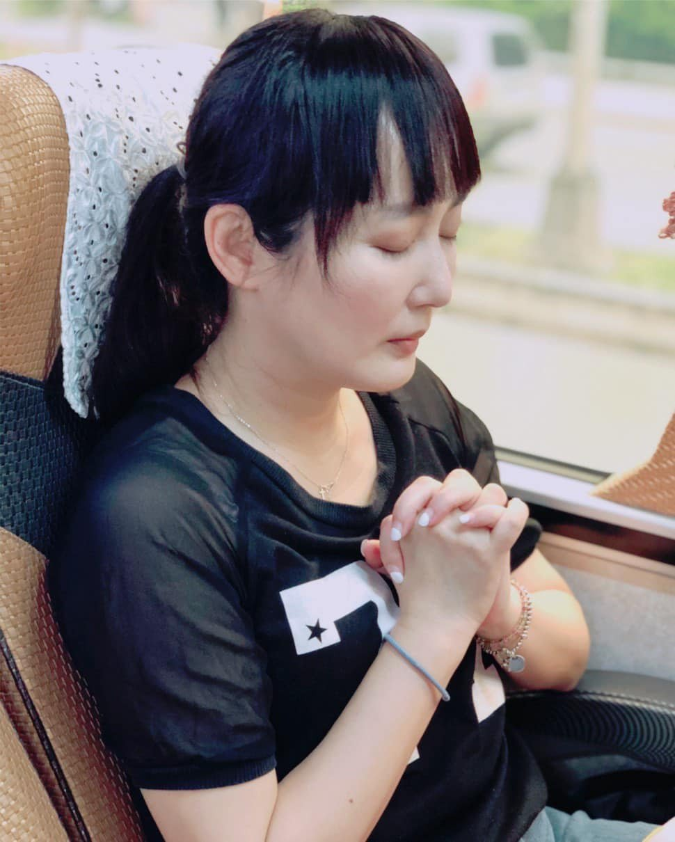 藝起發光演藝圈教友在車上為太魯閣號傷者禱告。圖/摘自臉書