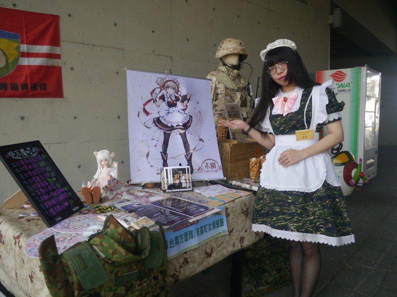 岡山空軍教育館今天連三天推軍品跳蚤市場,以日本自衛隊結合動漫的軍品攤位與眾不同。記者徐白櫻/攝影