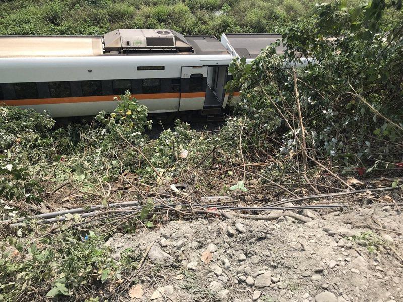 太魯閣號列車今(2)日疑似因工程車滑落軌道,造成重大傷亡。記者王燕華/攝影
