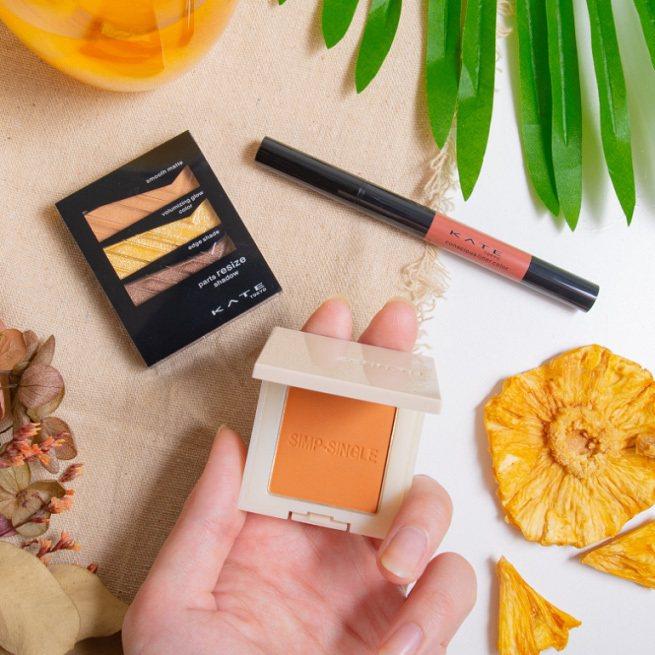 清新風格的「鳳梨冰柚茶」眼妝,透過黃橘色系眼影在下眼皮變化來放大臥蠶和眼睛輪廓、打造小臉效果。圖/屈臣氏提供