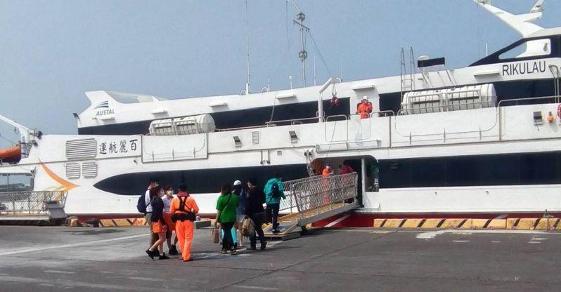 布袋商港與澎湖馬公港間海上藍色公路,恢復開航,清明連假期間訂購搭船遊客逾6千人,客輪幾乎班班客滿。圖/讀者提供