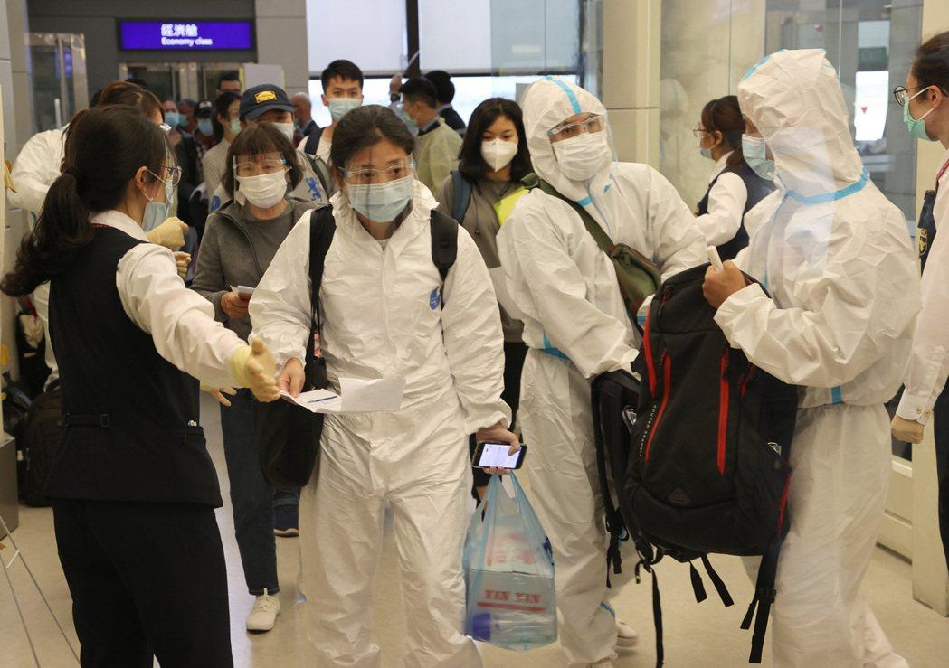新冠肺炎疫情持續,國境線檢疫也持續維持高強度作業。圖為搭機抵達桃園機場的旅客接受...