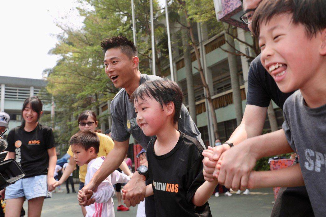 小刀與孩子們一起進行體能訓練。記者李政龍/攝影