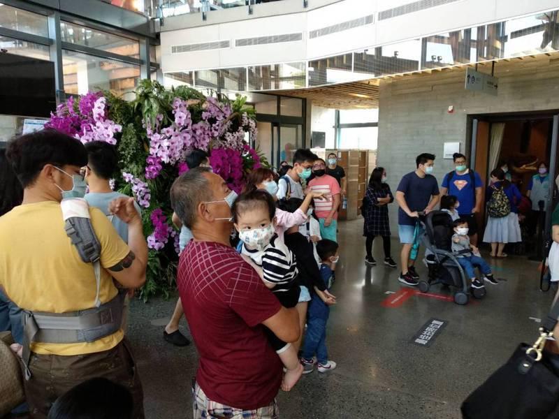 台南市左鎮區化石園區推出12歲以下兒童免費,還有街頭藝人表演,今天湧入大批的遊客。記者吳淑玲/翻攝
