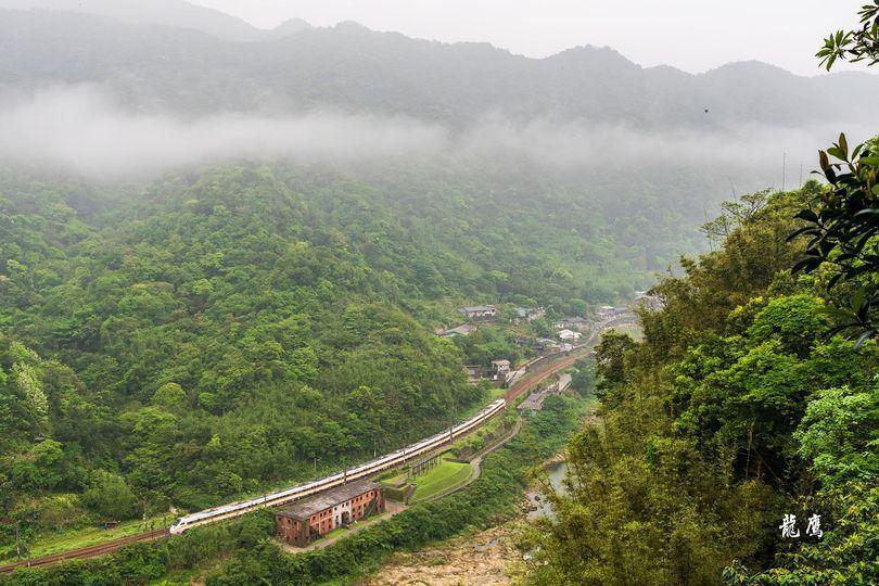 龍鷹林琦評今早在復興坑山上拍到出事的太魯閣號列車。圖/龍鷹林琦評提供