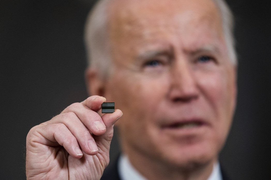 美國總統拜登2月24日拿著晶片,宣布簽署行政命令,力挺美國半導體產業。  歐新社