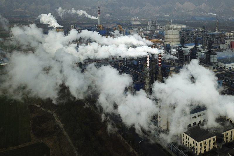 中國國務院總理李克強今天下令重點煤炭企業「增產增供」,圖為中國山西省河津市的煤炭加工廠冒出陣陣濃煙。美聯社