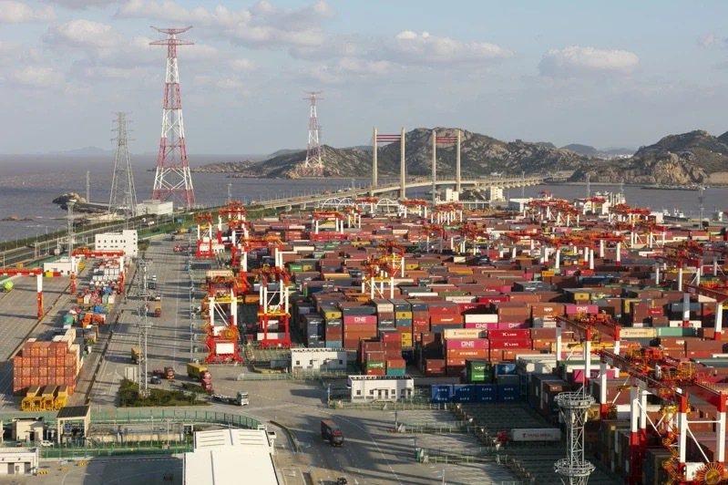 圖為上海洋山港集裝箱碼頭。(新華社)