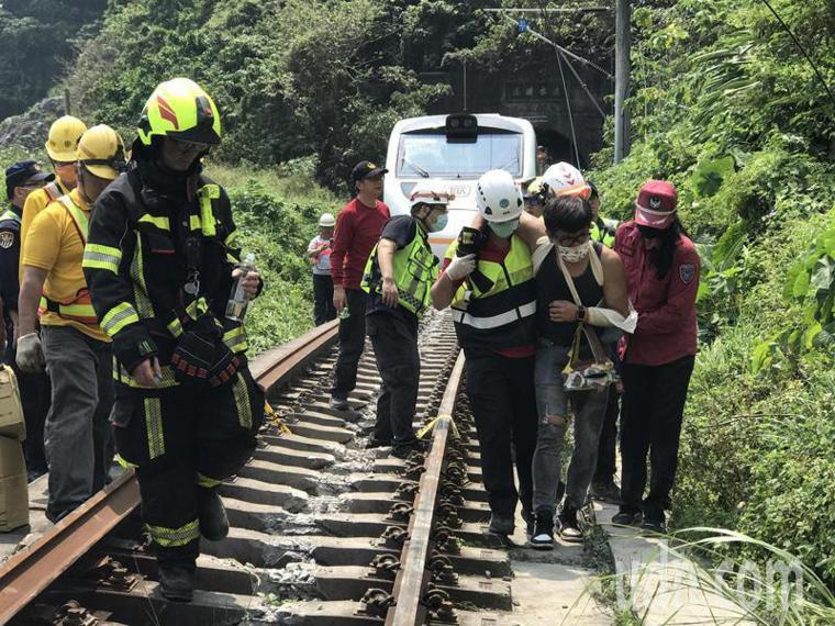台鐵太魯閣號花蓮清水隧道出軌事故造成嚴重傷亡。記者王燕華/攝影