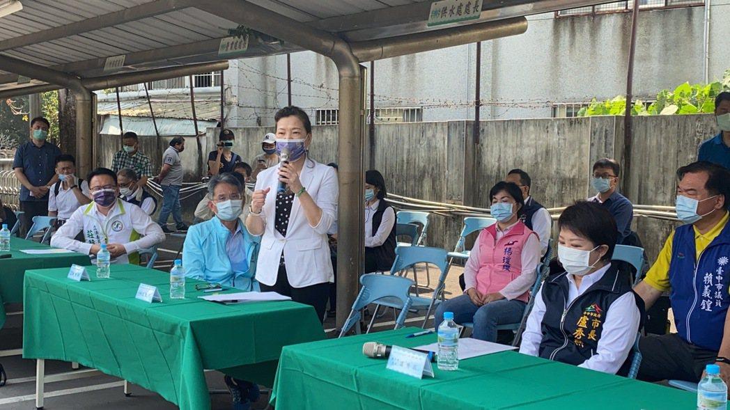 經濟部今天在台中市舉行台中市供水整備會議,會前舉辦水車整備演練,受邀的台中市長盧...